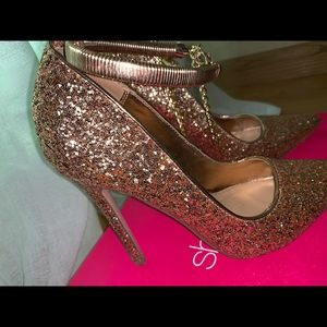All sequined heels in gold